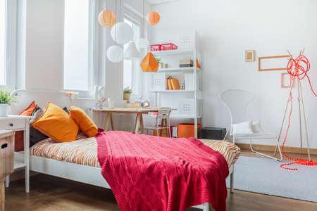 Horizontální pohled na moderní dospívající pokoj designu