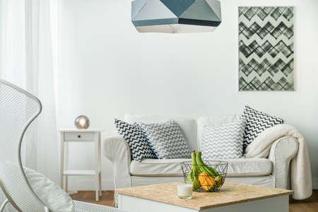 Minimalistische kleine studio kamer in de kleur wit