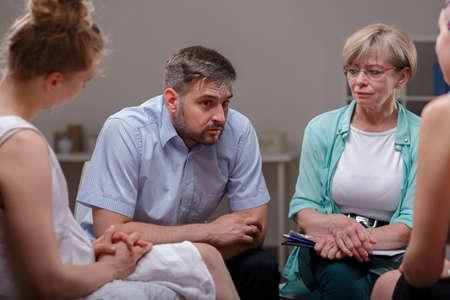 terapia grupal: Hombre que dice acerca de sus problemas durante la terapia de grupo