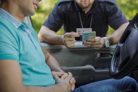 Un jeune conducteur masculin s'est arrêté pour le contrôle de la police Banque d'images - 49422830