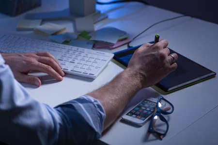 trabajando duro: Primer plano del hombre que hace unas notas durante el trabajo