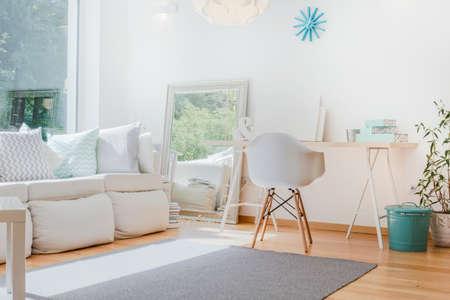 Bright kleine gezellige kamer met verfijnde decoraties