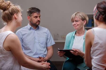 terapia de grupo: Reuni�n del grupo de apoyo en la habitaci�n del psicoterapeuta