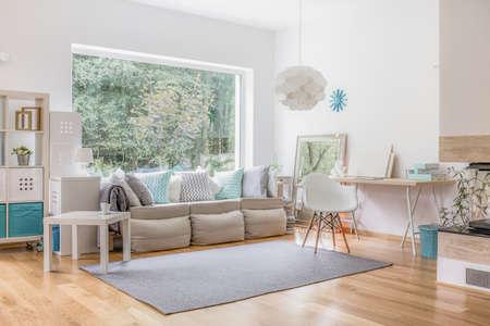 leuchtend: Gemütliches, helles Wohnzimmer und große Fenster Lizenzfreie Bilder