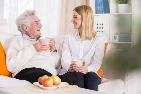haushaltshilfe: Foto von älteren Menschen und jungen Freiwilligen in nurisng Hause