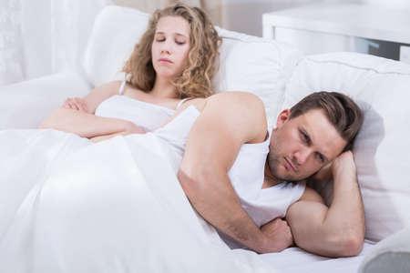 enamorados en la cama: Imagen de la joven pareja en la cama discusión