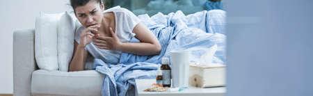 toser: Mujer joven tiene una tos seca Foto de archivo