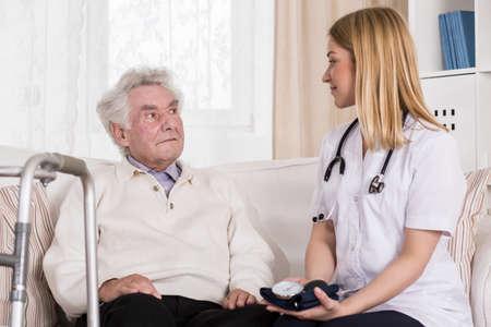 consulta médica: Imagen de sexo masculino mayor durante la consulta médica con el doctor agradable