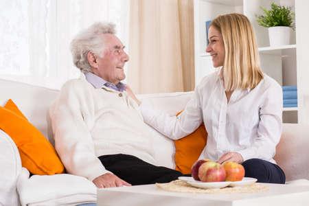 Foto von Tochter ihres Vaters in der professionellen Pflege zu Hause zu besuchen Standard-Bild