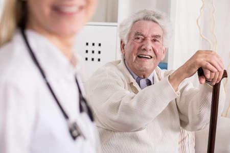 pielęgniarki: Obraz uśmiecha bogatego starca i jego prywatny medyk Zdjęcie Seryjne