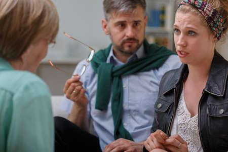 problemas familiares: Un más viejo hombre y de la mujer joven en la terapia de pareja