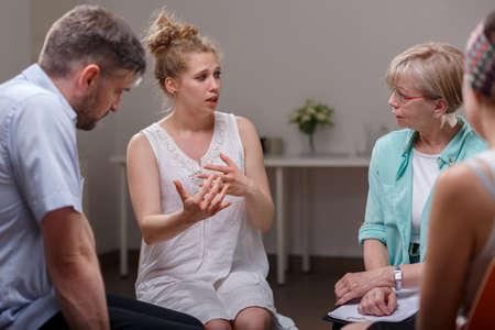 Groep van verslaafde mensen tijdens psychologische therapie Stockfoto