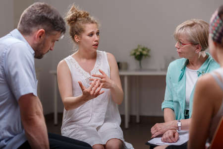 terapia psicologica: Grupo de personas adictas durante la terapia psicológica