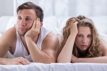 mujer rubia desnuda: Pareja aburrida joven que tiene problemas en el dormitorio