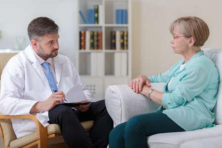 mujeres maduras: Una más vieja mujer de hablar con el psicólogo sobre sus problemas