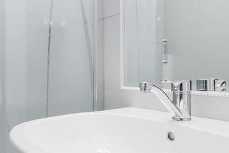単純なタップで高品質の白の洗面台のクローズ アップ