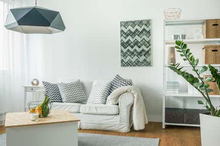 Zeer lichte woonkamer met witte meubels Stockfoto