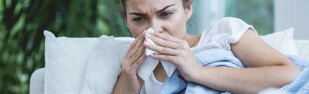 nariz: La mujer joven tiene la nariz muy cargado