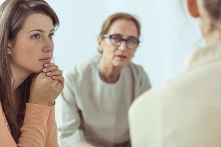 terapia psicologica: Guía espiritual madura que habla con las mujeres jóvenes Foto de archivo