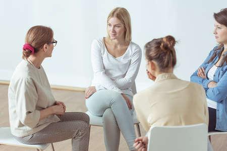 psicologia: Reunión para las mujeres jóvenes y activos, grupo de apoyo