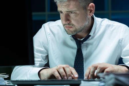 cansancio: Hombre de negocios cansado de trabajar por la noche en la oficina Foto de archivo