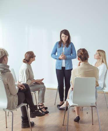 terapia de grupo: Sensación de la mujer joven destacó durante aparición pública