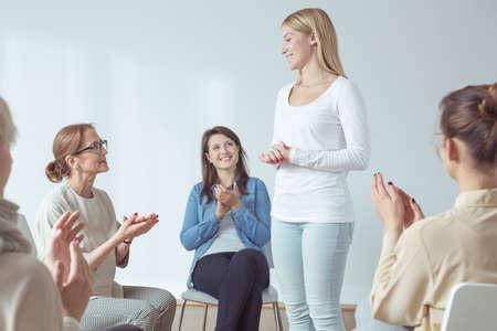 terapia grupal: La participación en el taller para las mujeres activas modernas Foto de archivo