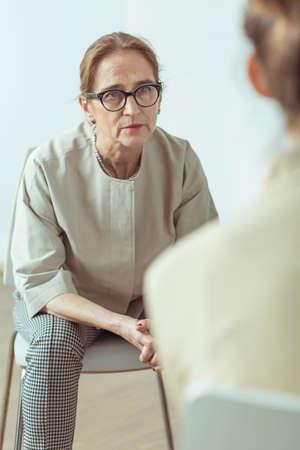 terapia psicologica: Psicoterapeuta habla con el paciente durante la sesión de terapia Foto de archivo