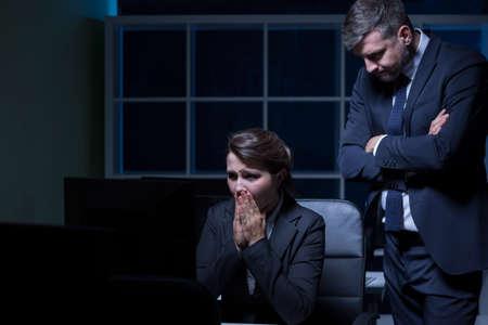 asustado: Secretaria asustada y cruel trabajando horas extras jefe