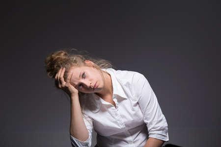 agotado: Foto de la mujer exhausta tener una crisis en el trabajo