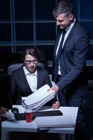 acoso laboral: Secretaria de sexo femenino que trabaja horas extras en la corporación