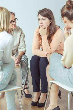 mujeres maduras: Grupo de apoyo durante la sesión terapéutica con el entrenador