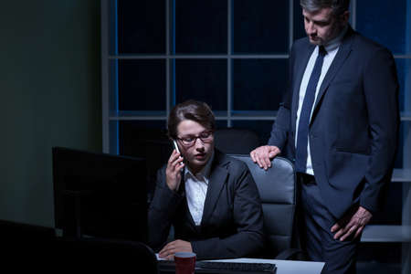 empleados trabajando: Los empleados que trabajan en la noche en la corporación