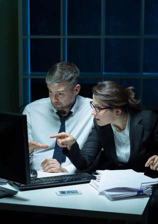 patron: Secretario y jefe trabajar hasta tarde en la oficina