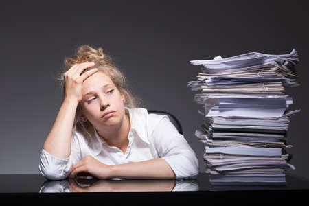 Foto van burnout beambte liggend op het bureau