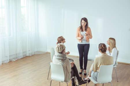 若い女性のためのコーチングの垂直方向のビュー 写真素材