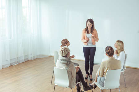 terapia de grupo: Vista vertical del coaching para las mujeres jóvenes