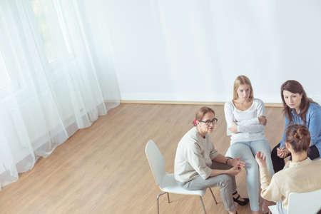 terapia grupal: Grupo de apoyo durante la sesión psicoterapéutica - visión horizontal