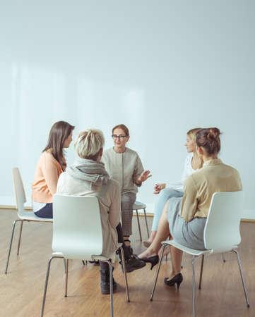 terapia grupal: Entrenador personal dando actividades extracurriculares para las mujeres activas