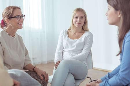 terapia psicologica: Las mujeres j�venes de belleza que participan en la terapia de grupo