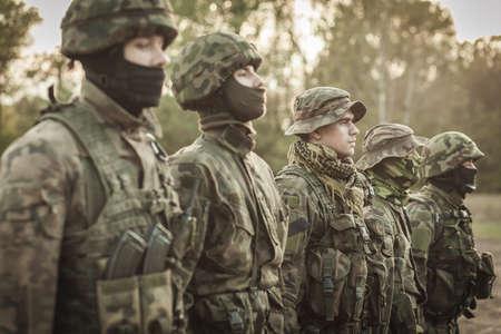 soldado: Cuadro de soldados durante el entrenamiento básico de combate