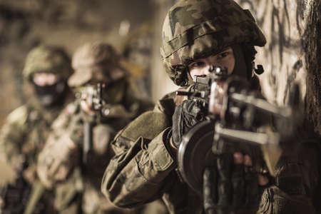 pelea: Mujer con un rifle en el ejército