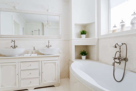 cuarto de baño: Baño de luz con dos lavabos y espejo grande Foto de archivo