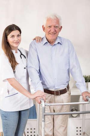 enfermo: Un más viejo hombre tiene problemas para caminar