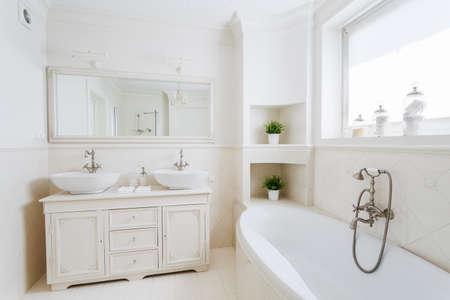 큰 욕조와 넓은 욕실의 사진 스톡 콘텐츠