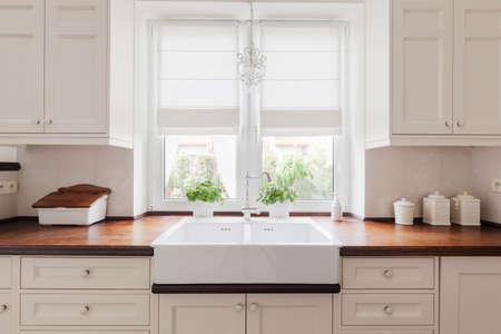 a sink imagen de un mobiliario elegante cocina con encimeras de madera maciza