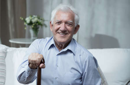hombre viejo: Hombre anciano y enfermo está muy feliz Foto de archivo