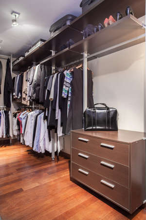 garderobe: Spacious and functional walk-in wardrobe in the house Stock Photo