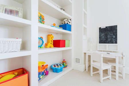 case moderne: Zoom di bianco mobili in legno in camera bambino Archivio Fotografico