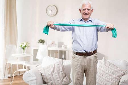 ヘルスケア: 年長の男は毎日運動する必要があります。